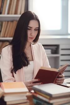 Vrouw in de bibliotheek