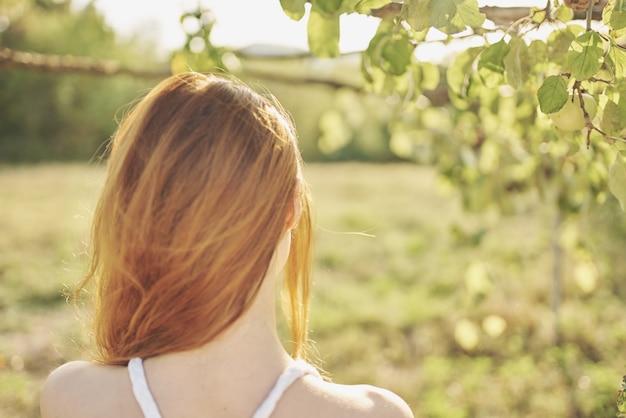 Vrouw in de buurt van appelbomen natuur fruit in de buurt van het leven