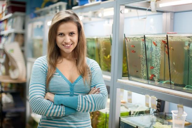 Vrouw in de buurt van aquaria