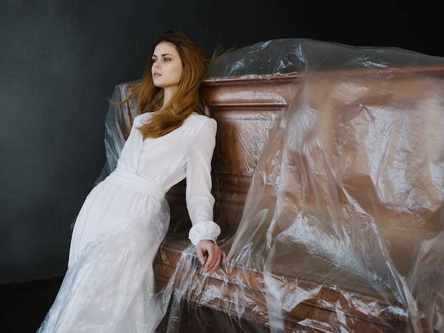 Vrouw in de buurt van piano in witte jurk poseren romantiek