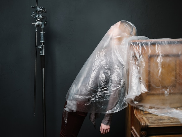 Vrouw in de buurt van piano transparanten muziekinstrument studio