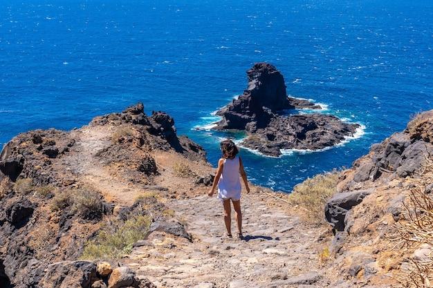 Vrouw in de haven van punta gorda op het eiland la palma, canarische eilanden, spanje