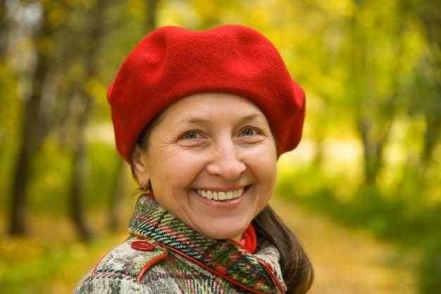 Vrouw in de herfstpark