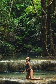 Vrouw in de jungle met prachtige waterval