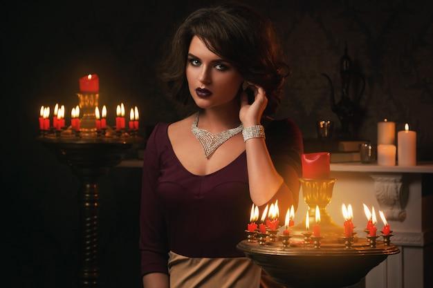 Vrouw in de kamer met veel kaarsen