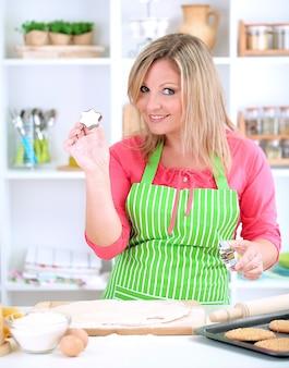 Vrouw in de keuken tijdens het koken van koekjes
