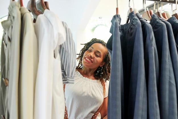 Vrouw in de kledingwinkel
