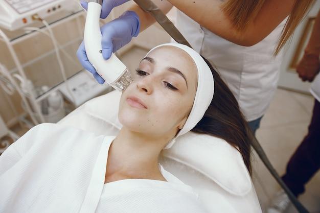 Vrouw in de kosmetiekstudio bij de verwijdering van het laserhaar