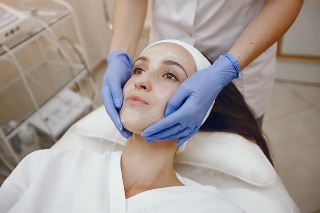 Vrouw in de kosmetiekstudio op procedures
