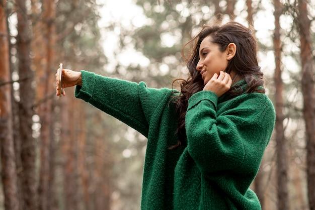 Vrouw in de natuur selfie te nemen