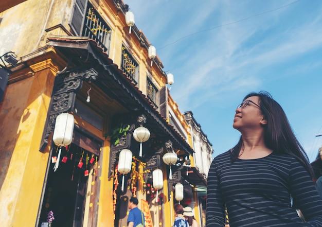 Vrouw in de oude stad hoi an
