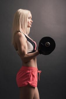 Vrouw in de praktijk van de sportuitrusting