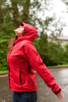 Vrouw in de regen