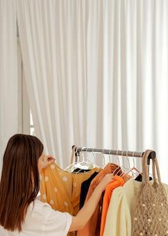 Vrouw in de winkel die kleding probeert