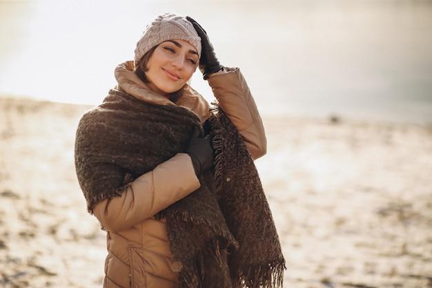 Vrouw in de winter bij het meer