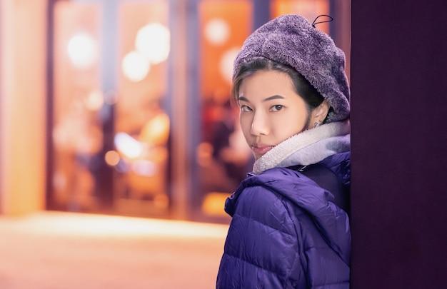 Vrouw in de wintermanier de schoonheidsmiddel van de schoonheidshuid