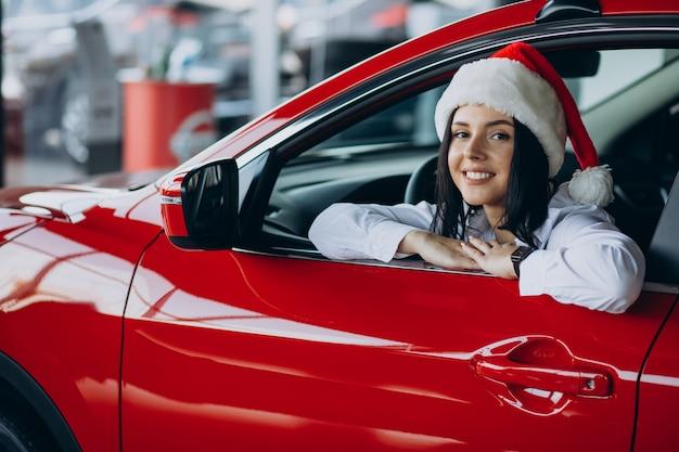 Vrouw in een autoshowroom op kerstmis