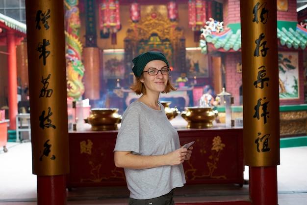 Vrouw in een aziatische tempel