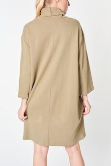 Vrouw in een beige jurk met polohals