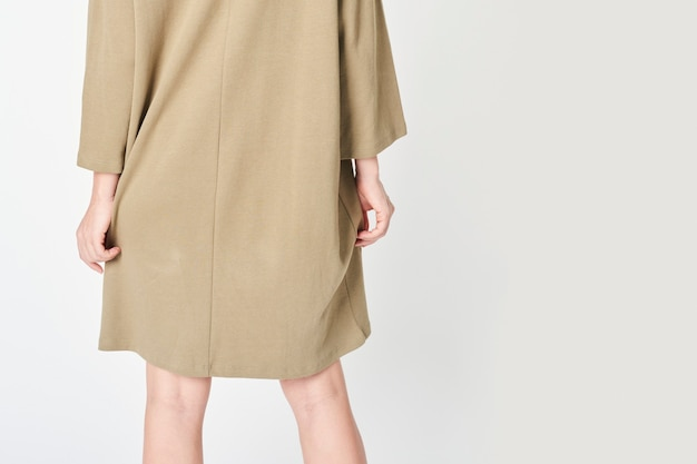 Vrouw in een beige jurk Premium Foto