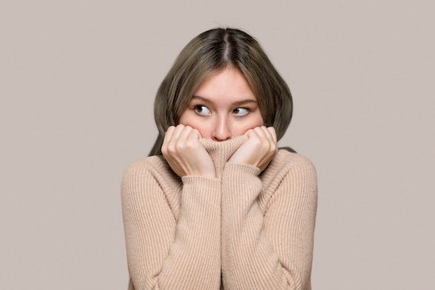Vrouw in een beige trui