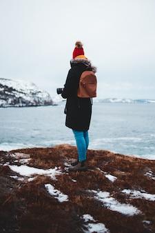 Vrouw in een berg klif met uitzicht op de zee