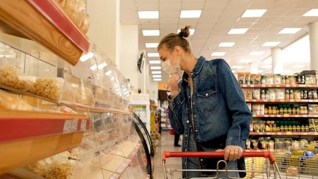 Vrouw in een beschermend masker in een winkel