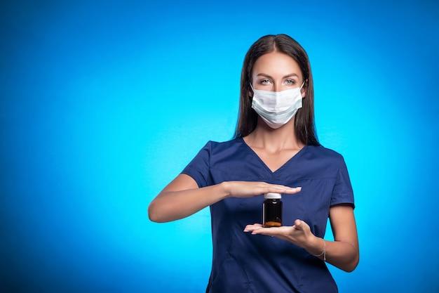 Vrouw in een blauw chirurgisch pak