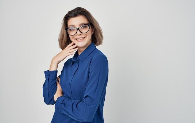 Vrouw in een blauw shirt en glazen emoties manager.
