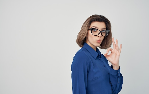 Vrouw in een blauw shirt en glazen emoties manager