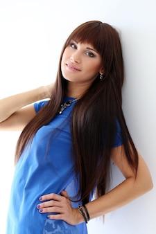 Vrouw in een blauw t-shirt en een ketting