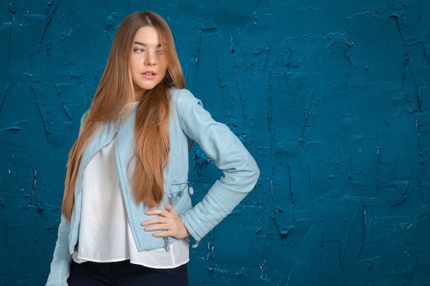 Vrouw in een blauwe jas