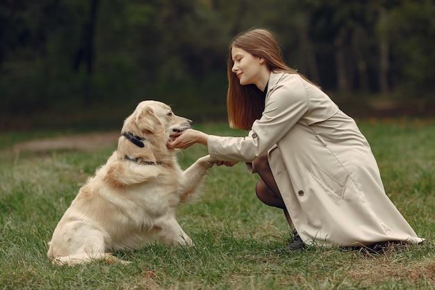 Vrouw in een bruine jas. dame met een labrador
