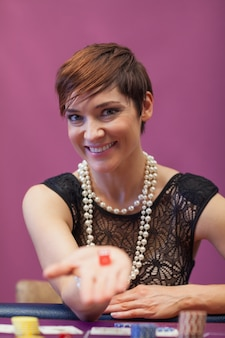 Vrouw in een casino met dobbelstenen