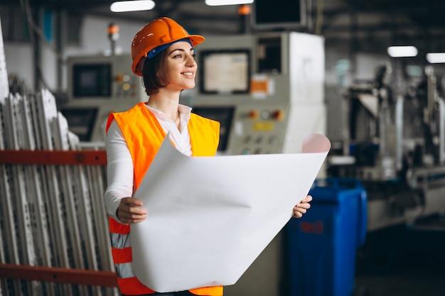 Vrouw in een fabriek