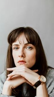 Vrouw in een grijs shirt met lange mouwen mobiel behang