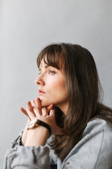Vrouw in een grijs shirt met lange mouwen