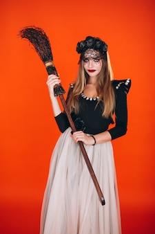 Vrouw in een halloween-kostuum