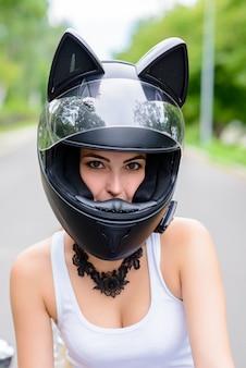 Vrouw in een helm in de vorm van een kat.