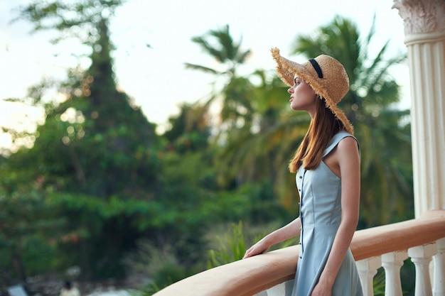 Vrouw in een hoed buitenshuis hotels vakantie reizen exotisch