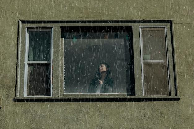 Vrouw in een huis op een regenachtige dag