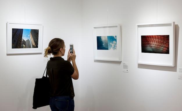 Vrouw in een kunsttentoonstelling