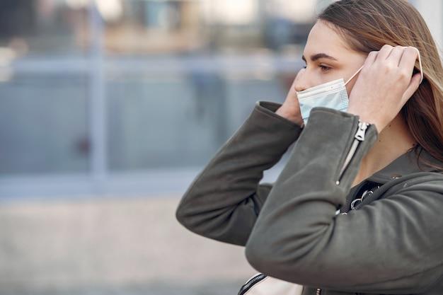 Vrouw in een masker staat op straat