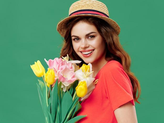 Vrouw in een mooie jurk met bloemen op 8 maart, geschenken bloemen licht