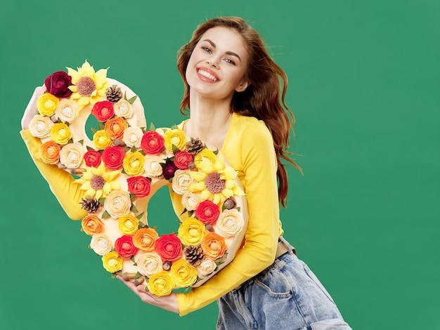 Vrouw in een mooie jurk met bloemen op 8 maart, geschenken bloemen