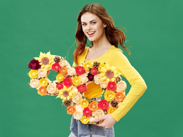 Vrouw in een mooie jurk met bloemen