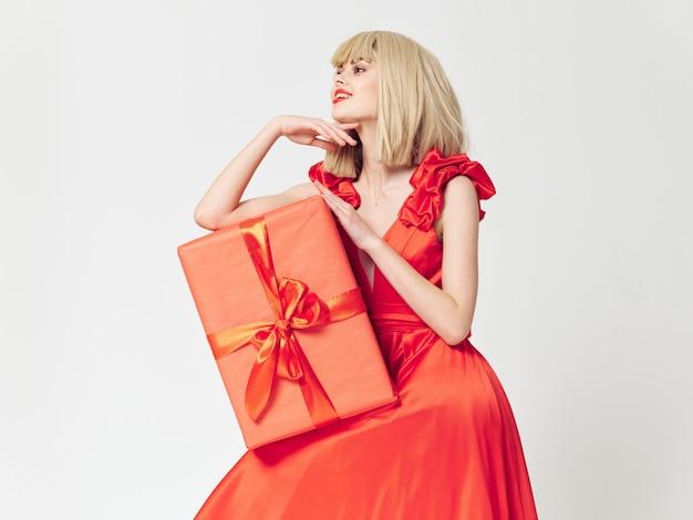 Vrouw in een mooie jurk met cadeau vakantie dozen, verkoop en viering