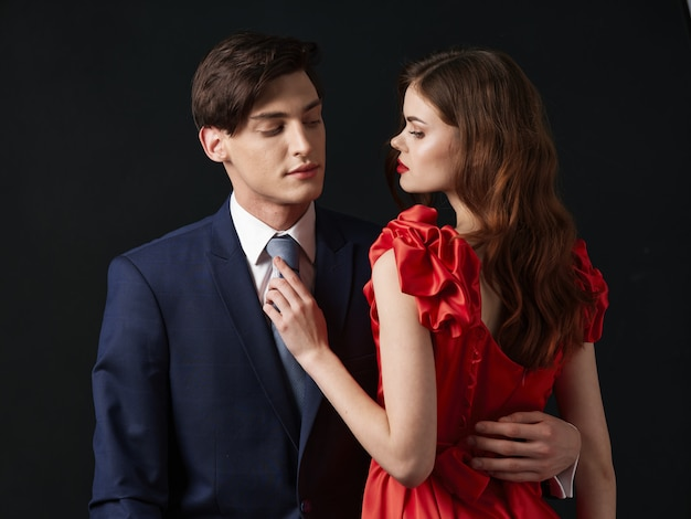 Vrouw in een mooie jurk met een man hugs een vakantie-paar, mooi portret van een sexy paar