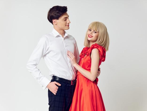 Vrouw in een mooie jurk met een man knuffels een vakantie paar, mooie mensen