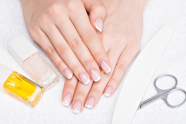 Vrouw in een nagelsalon manicure ontvangen door een schoonheidsspecialiste. schoonheidsbehandeling concept.